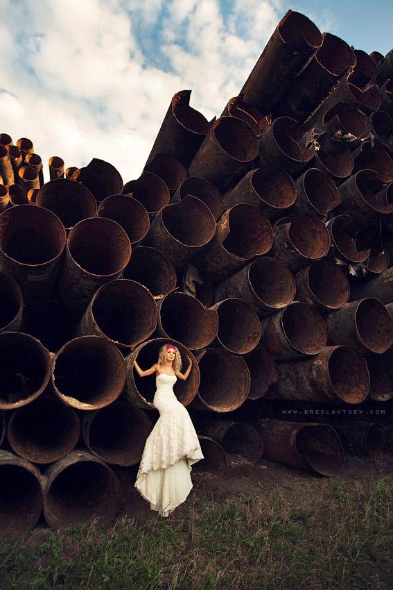 Оригинальная свадебная фотография: невеста в белом среди огромных труб