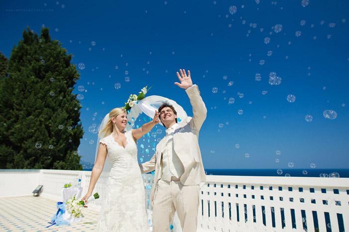 Красивая и оригинальная свадебная фотография жениха и невесты с мыльными пузырями