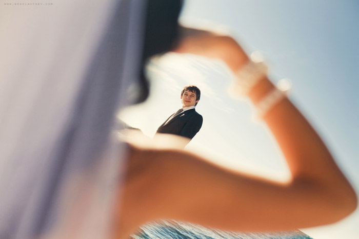 Свадебная фотография от Олега Бреславцева. Размытая невеста отдающая честь