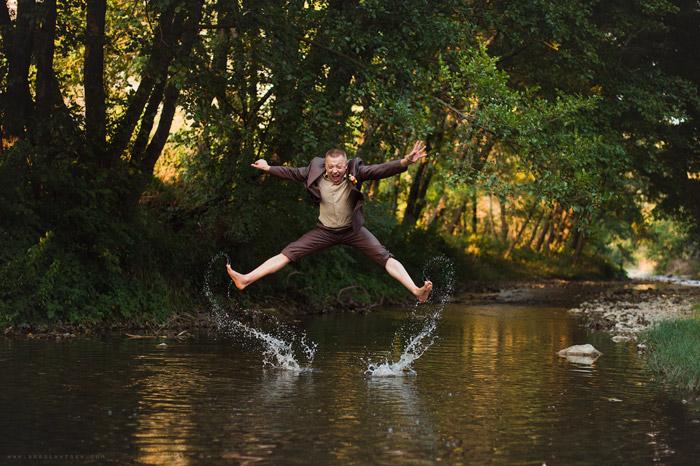 Свадебный фотограф Олег Бреславцев. Жених выпрыгивает из воды