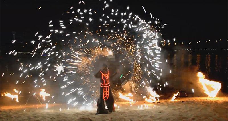 Огненное шоу на берегу Днепра