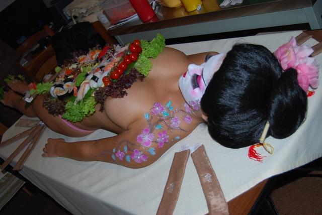 Голая девушка в роли стола