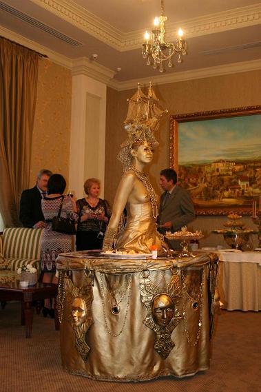 Живой золотой стол с обнажённой девушкой