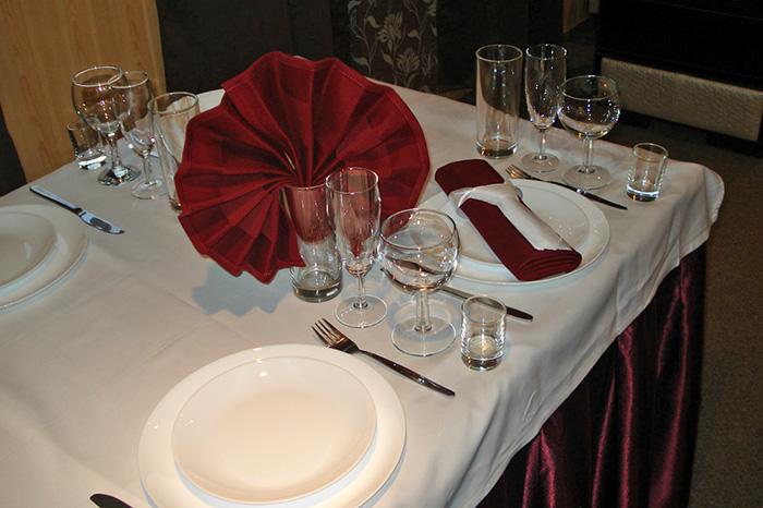 Сервированный стол на теплоходе Кристал готов к празднику